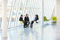 Businesspeople die Vergadering in Modern Bureau hebben royalty-vrije stock foto's