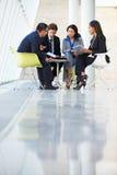 Businesspeople die Vergadering in Modern Bureau hebben Royalty-vrije Stock Afbeelding