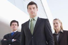 Businesspeople drie die zich in openlucht door te bouwen bevindt Royalty-vrije Stock Afbeelding