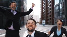 Businesspeople exult και άλμα με την ευτυχία φιλμ μικρού μήκους