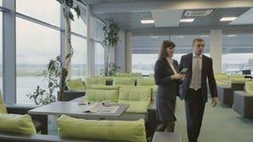 Businesspeople går på loginivån i flygplatsen från kafét stock video