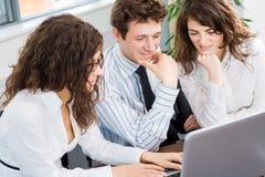 Businesspeople gebruikend laptop stock afbeelding