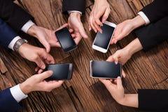 Businesspeople gebruikend mobiele telefoon stock foto