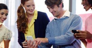 Businesspeople gebruikend mobiele telefoon stock videobeelden