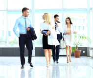 Businesspeople grupperar att gå på modernt Arkivbild
