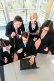 Businesspeople har lagmöte i regeringsställning Arkivbilder