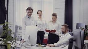 Businesspeople in het bureau stock video