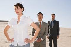 Businesspeople i öken royaltyfria bilder