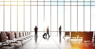 Businesspeople i flygplats Royaltyfri Bild