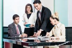 Businesspeople i möte som lyssnar till presentationen Arkivbild