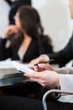 Businesspeople, möte och presentation i regeringsställning arkivfoto