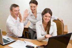 businesspeople med gesterna av tillfredsställelse royaltyfria foton