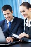 Businesspeople op kantoor stock afbeeldingen