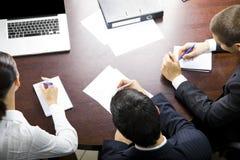 Businesspeople op kantoor stock fotografie