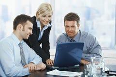 Businesspeople på mötet arkivbilder