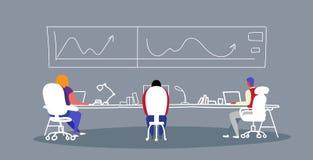 Businesspeople som analyserar finansiella grafer och statistikdata under den utbildande konferensen som möter arbetare för mank vektor illustrationer
