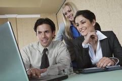 Businesspeople som använder bärbara datorn på konferensen royaltyfri bild