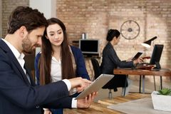 Businesspeople som använder minnestavladatoren Royaltyfri Fotografi