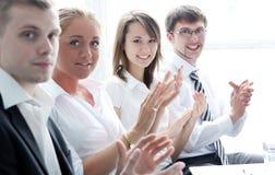 Businesspeople som applåderar under ett möte arkivfoto