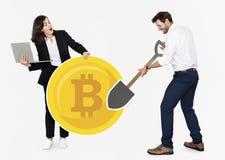 Businesspeople som bryter elektronisk kassa för bitcoincryptocurrency arkivfoton