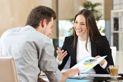 Businesspeople som coworking visningtillväxtdiagrammet fotografering för bildbyråer
