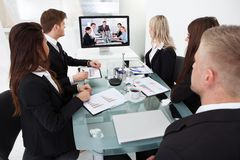 Businesspeople som deltar i videokonferens Royaltyfria Bilder