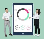 Businesspeople som framlägger ett munkdiagram arkivfoton