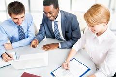 Businesspeople som fungerar på mötet Fotografering för Bildbyråer