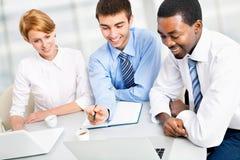 Businesspeople som fungerar på mötet Arkivbild