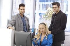 businesspeople som fungerar tillsammans arkivfoto