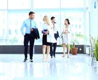 Businesspeople som går i corridoen Arkivbild