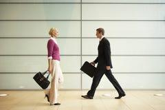 Businesspeople som går i passage arkivbild