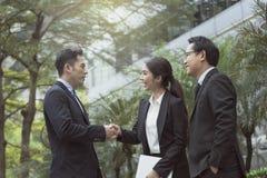 Businesspeople som gör handskakningöverenskommelse begreppspartner royaltyfria bilder