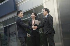 Businesspeople som gör handskakningöverenskommelse begreppspartner fotografering för bildbyråer