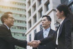 Businesspeople som gör handskakningöverenskommelse Begreppssamarbete royaltyfri foto