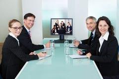Businesspeople som håller ögonen på en online-presentation Arkivfoto
