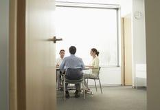 Businesspeople som har ett möte i styrelse arkivbilder