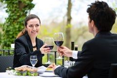 Businesspeople som har lunch i restaurang royaltyfri fotografi