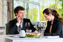 Businesspeople som har lunch i restaurang arkivbild