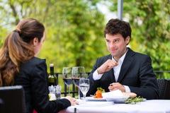 Businesspeople som har lunch i restaurang arkivfoton