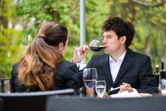 Businesspeople som har lunch i restaurang fotografering för bildbyråer