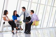 Businesspeople som har möte i modernt kontor Arkivbild