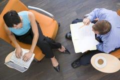 businesspeople som har möte inomhus sitta två Royaltyfria Foton