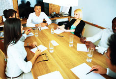 Businesspeople som har möte runt om tabellen Arkivbild