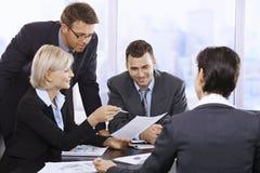 Businesspeople som i regeringsställning fungerar Royaltyfri Bild