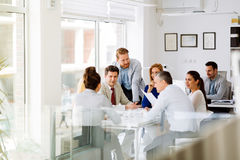 Businesspeople som i regeringsställning samarbetar royaltyfri foto