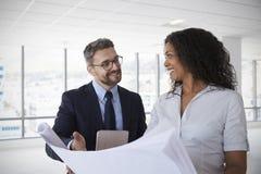 Businesspeople som möter för att se plan i tomt kontor royaltyfria bilder