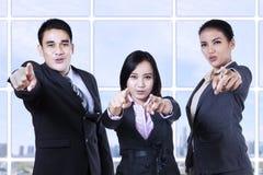 Businesspeople som pekar på dig Royaltyfri Fotografi