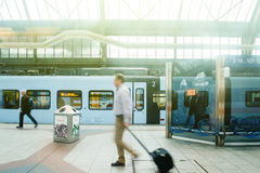 Businesspeople som pendlar på drevstatin, reser med tåg plattformen på a Royaltyfri Bild
