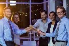 Businesspeople som rostar exponeringsglas av champagne Royaltyfria Bilder